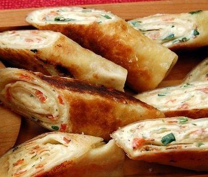 Pizza arrotolata pomodoro e mozzarella