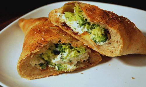 Calzone al forno con broccoli e formaggio