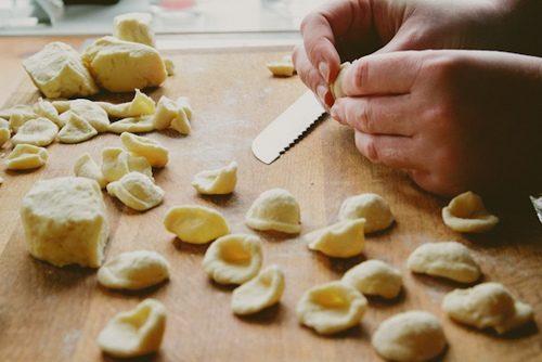 Orecchiette fatte in casa con pancetta e pomodoro