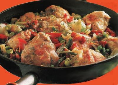 Pollo in padella con verdure e pancetta