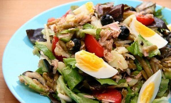 Insalata di verdure con uova e tonno