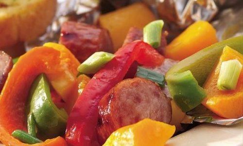 Insalata di wurstel di pollo e verdure