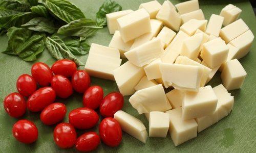 Spiedini veloci scamorza e pomodori