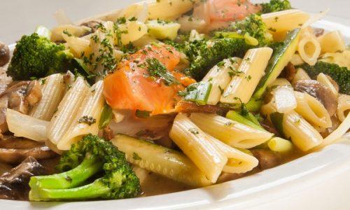 Penne con salsa di funghi e broccoletti