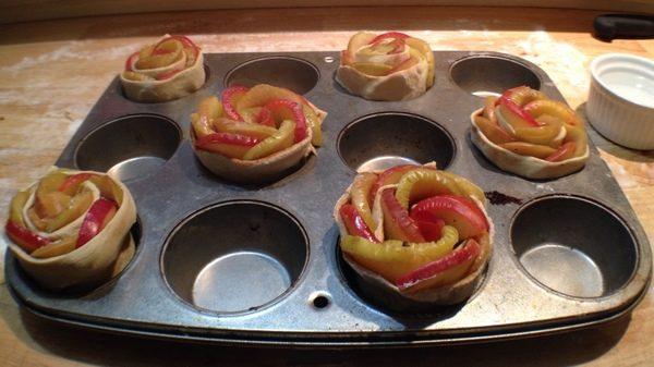 Roselline di pasta sfoglia alle mele
