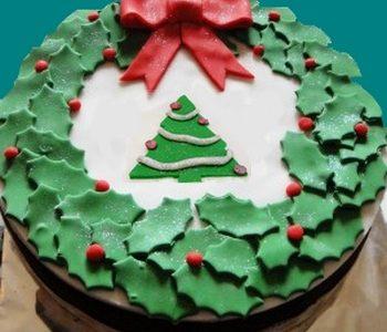 Torta natalizia con fiocco e alberello
