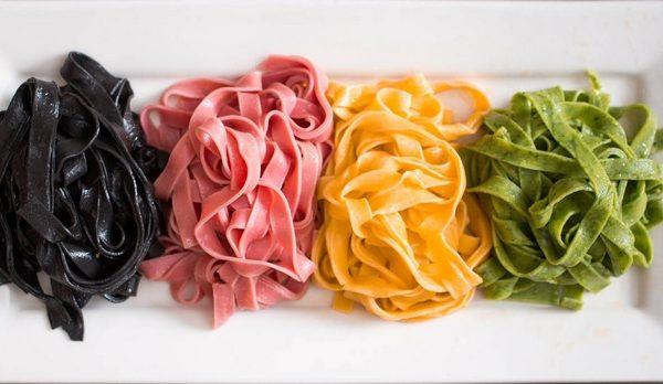 Tagliatelle colorate di carnevale