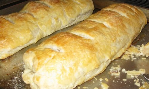 Strudel con la pasta da pane farcito con champignon e speck