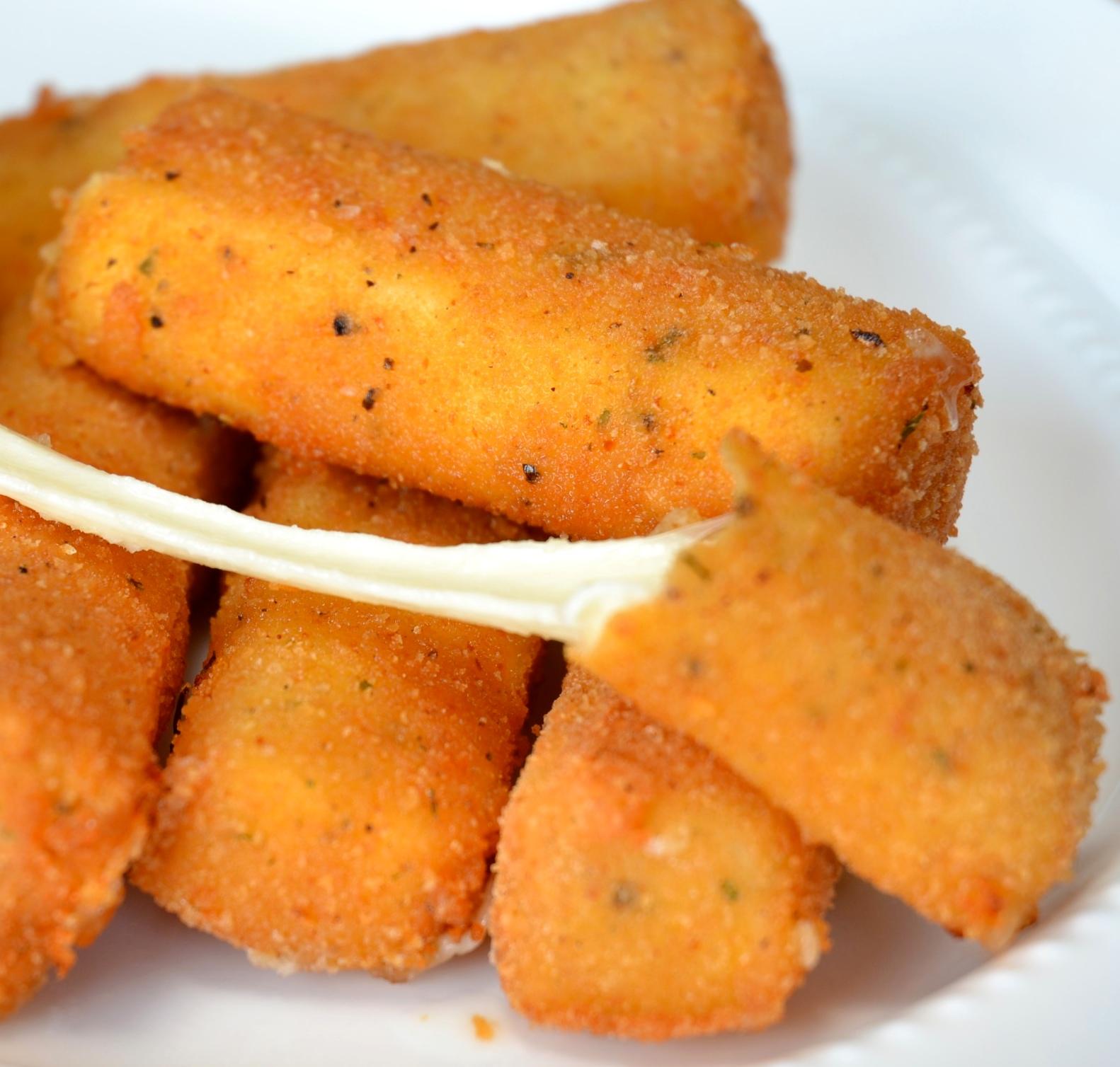 Bastoncini di formaggio gruyère fritto in pastella
