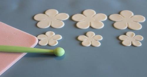 Come realizzare con il marshmallow fondant le decorazioni floreali2