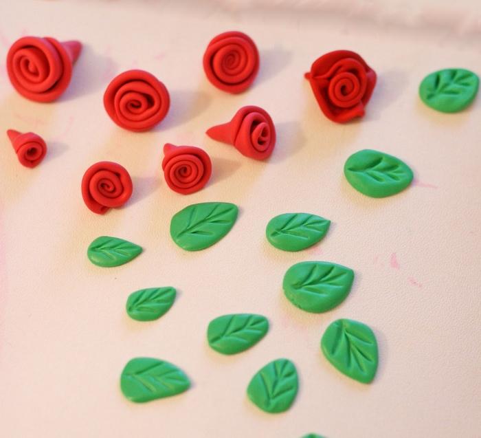 Come realizzare con il marshmallow fondant le decorazioni floreali3