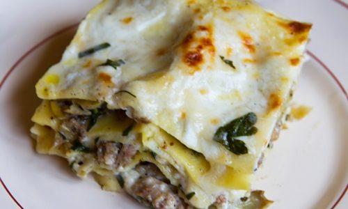 Lasagne con spinaci salsiccia e carne trita