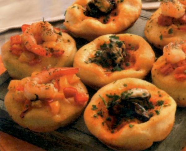 Pizzette e focaccine di cozze e code di gamberi