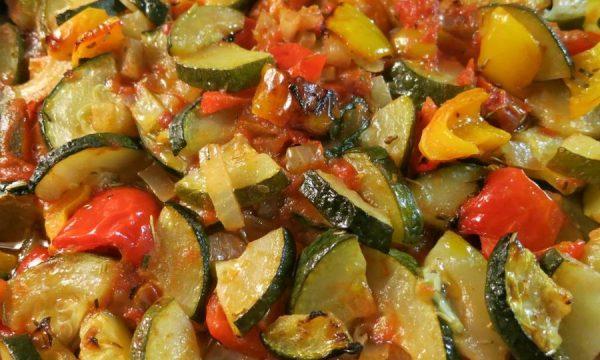 Misto di zucchine patate e peperoni al forno