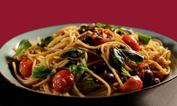 Spaghetti alle olive e pomodori