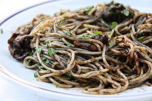 Spaghetti con nero di seppia e pomodori