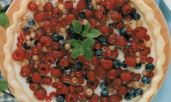 Crostata ai frutti di bosco con crema e mandorle