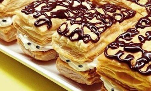 Millefoglie alla panna e gocce di cioccolato