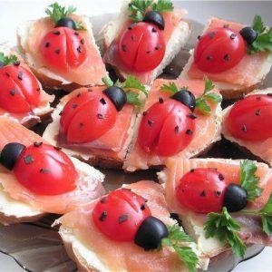 Antipasto coccinelle con pane pomodorini e salmone