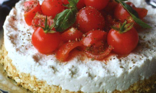 Piatto freddo cheesecake con ricotta e pomodoro