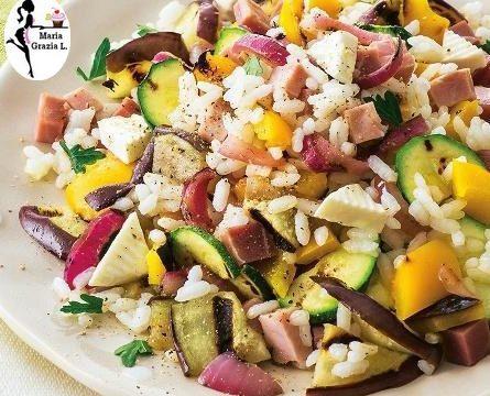 Insalata di riso con verdure grigliate e prosciutto