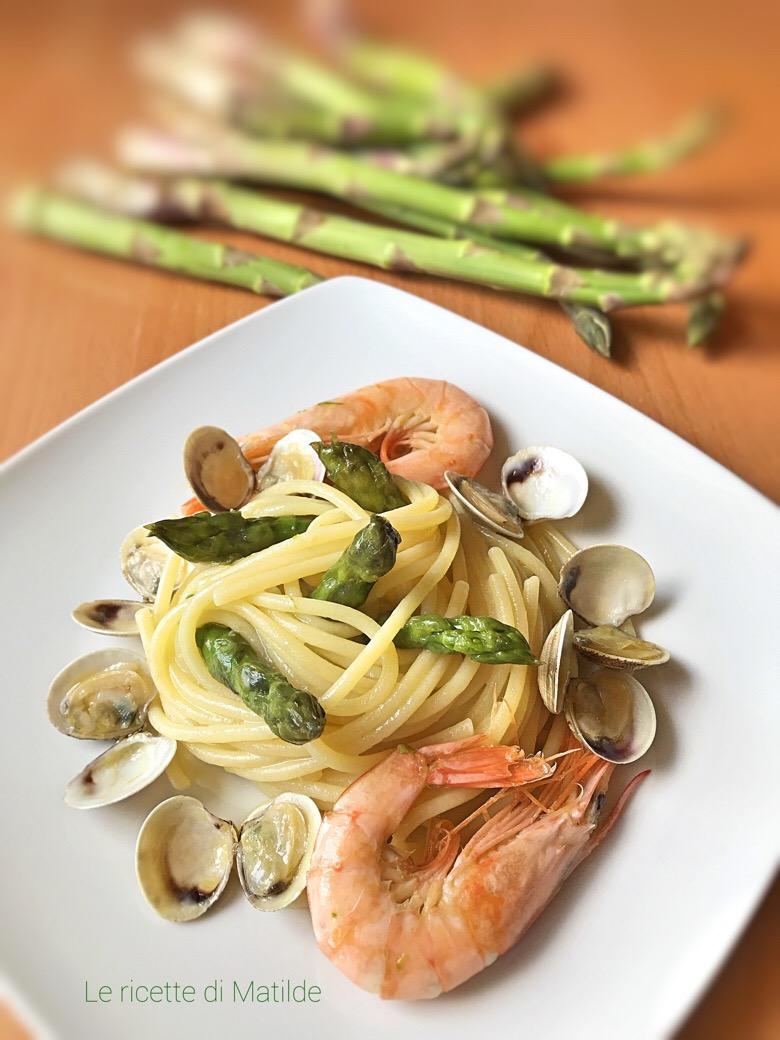 spaghetti con vongole asparagi e gamberetti