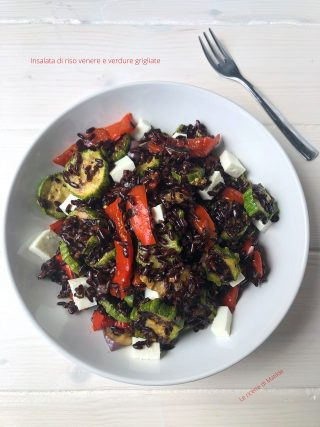 Insalata di riso venere e verdure grigliate