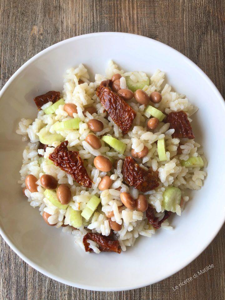 Insalata di riso con pomodori secchi fagioli e sedano