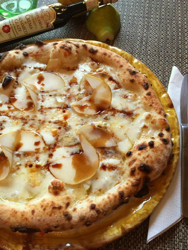 pizza pere, gorgonzola e parmigiano