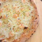 Pizza con gamberi, finocchio e limone sotto sale