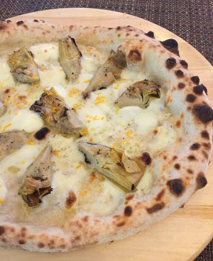 pizza con bufala, carciofi grigliati e arancia
