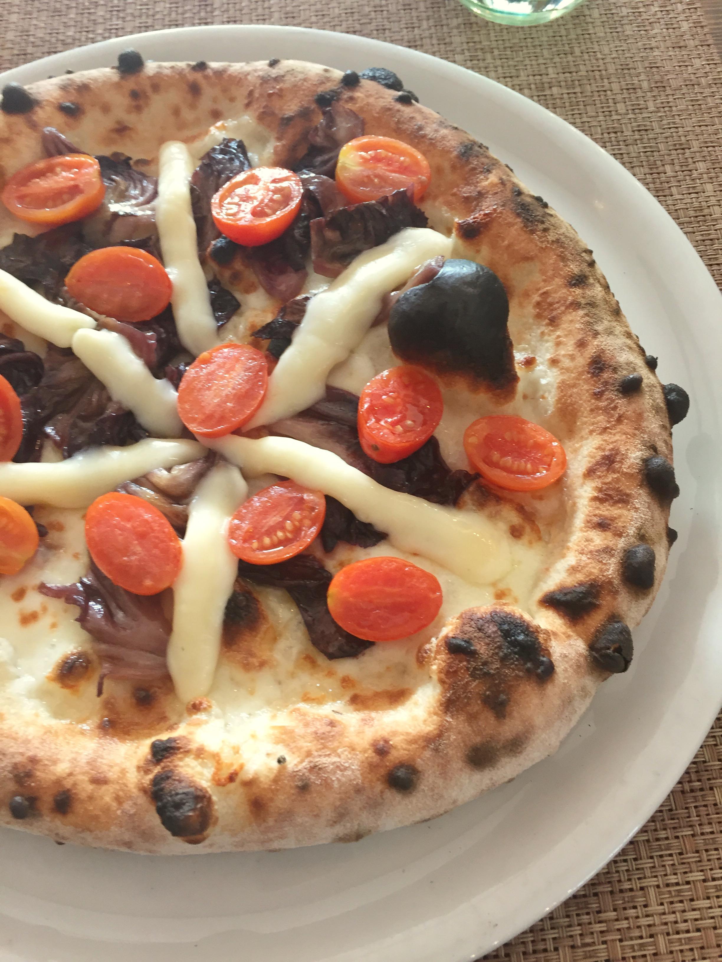 Pizza con radicchio rosso, pomodorini appassiti e taleggio