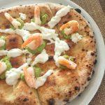 Pizza con gamberi, stracciatella e guacamole