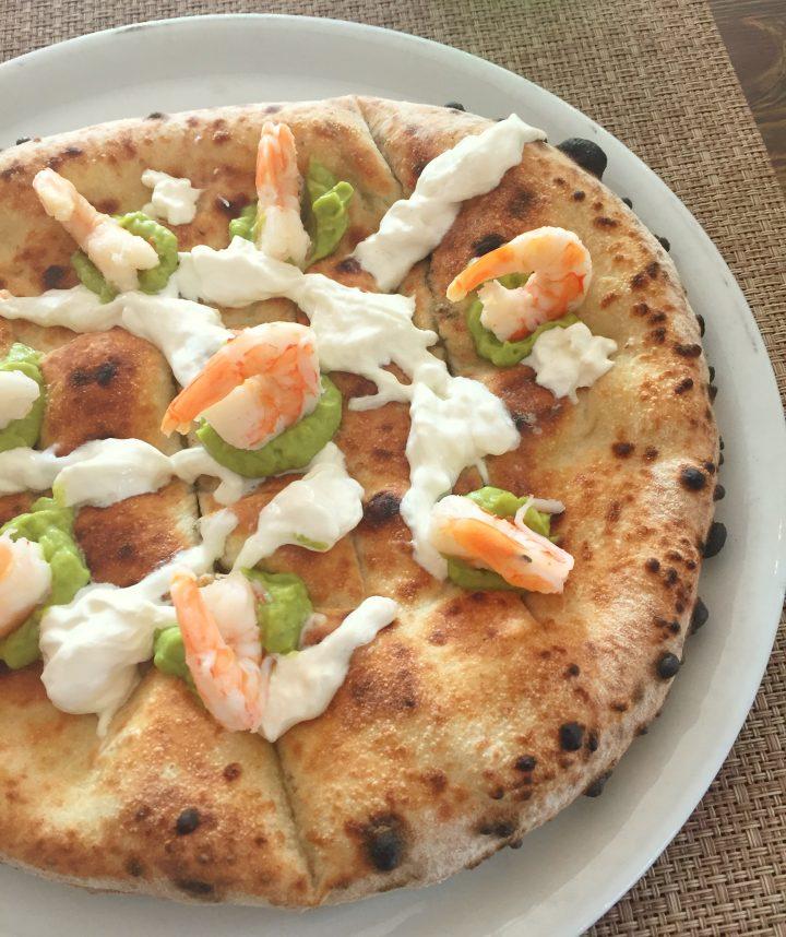 pizza con gamberi, stracciatella a guacamole