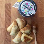 Panzerotti con formaggio di fossa, pere e miele di montagna