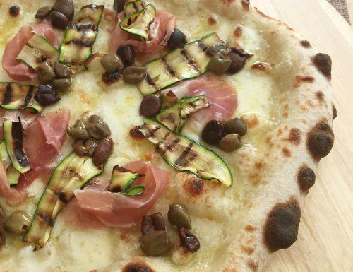 Pizza con zucchine grigliate, crudo e olive taggiasche