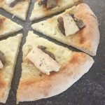 Pizza con taleggio, porcini e pepe di Sichuan