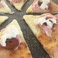 Pizza con cotto di Mora Romagnola, albicocche e burrata