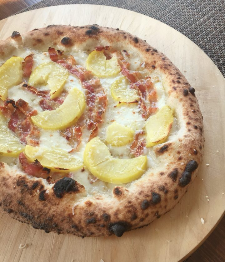 pizza con patate, pancetta di cinta senese e pecorino toscano