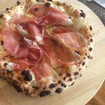 Pizza con scamorza affumicata, Crudo di Modena e rosmarino