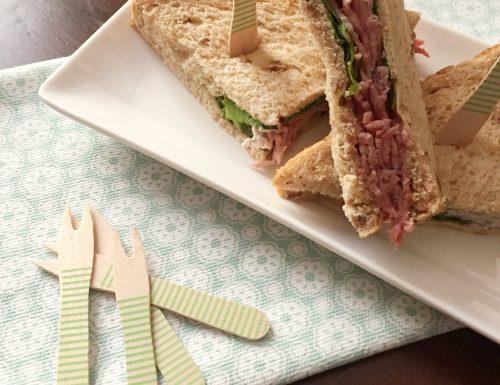 Sandwich con roast beef e salsa al rafano