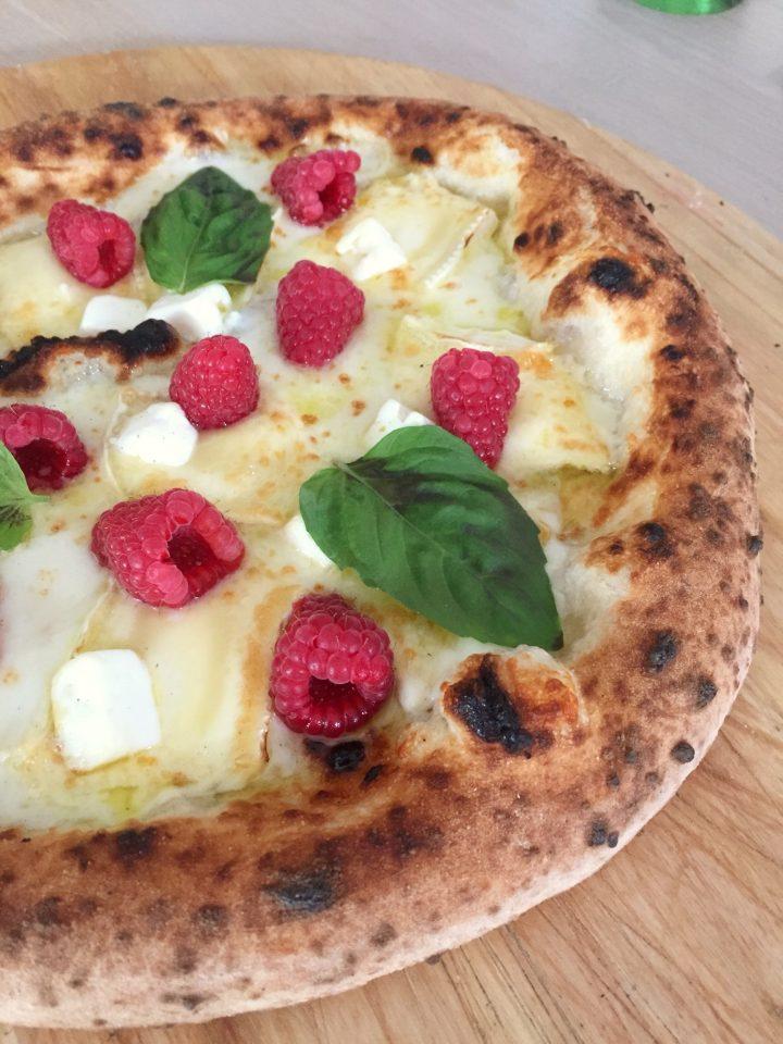 Pizza con Brie, formaggio di capra e lamponi