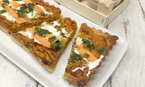 Crostata salata con carote caramellate e salsa verde di foglie di carote