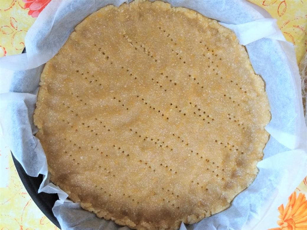 Per preparare la sriciolata alle pere gluten free, unire farina di mandorle, farina di riso, zucchero e buccia di limone grattugiata.