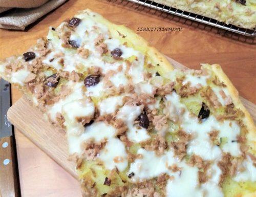 Pizza patate cipolle e tonno