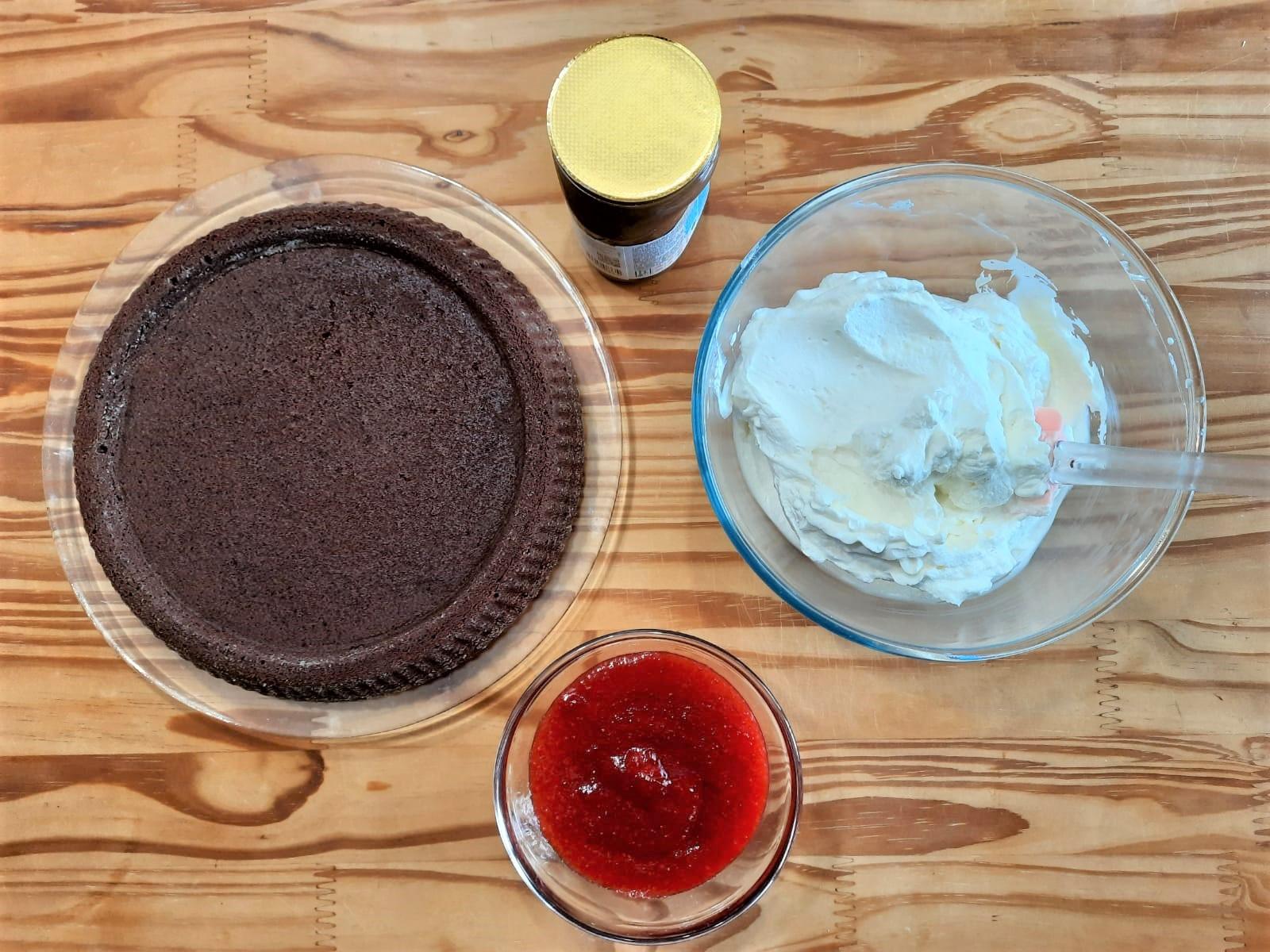 Crostata morbida cioccolato crema al latte e gelee di fragole
