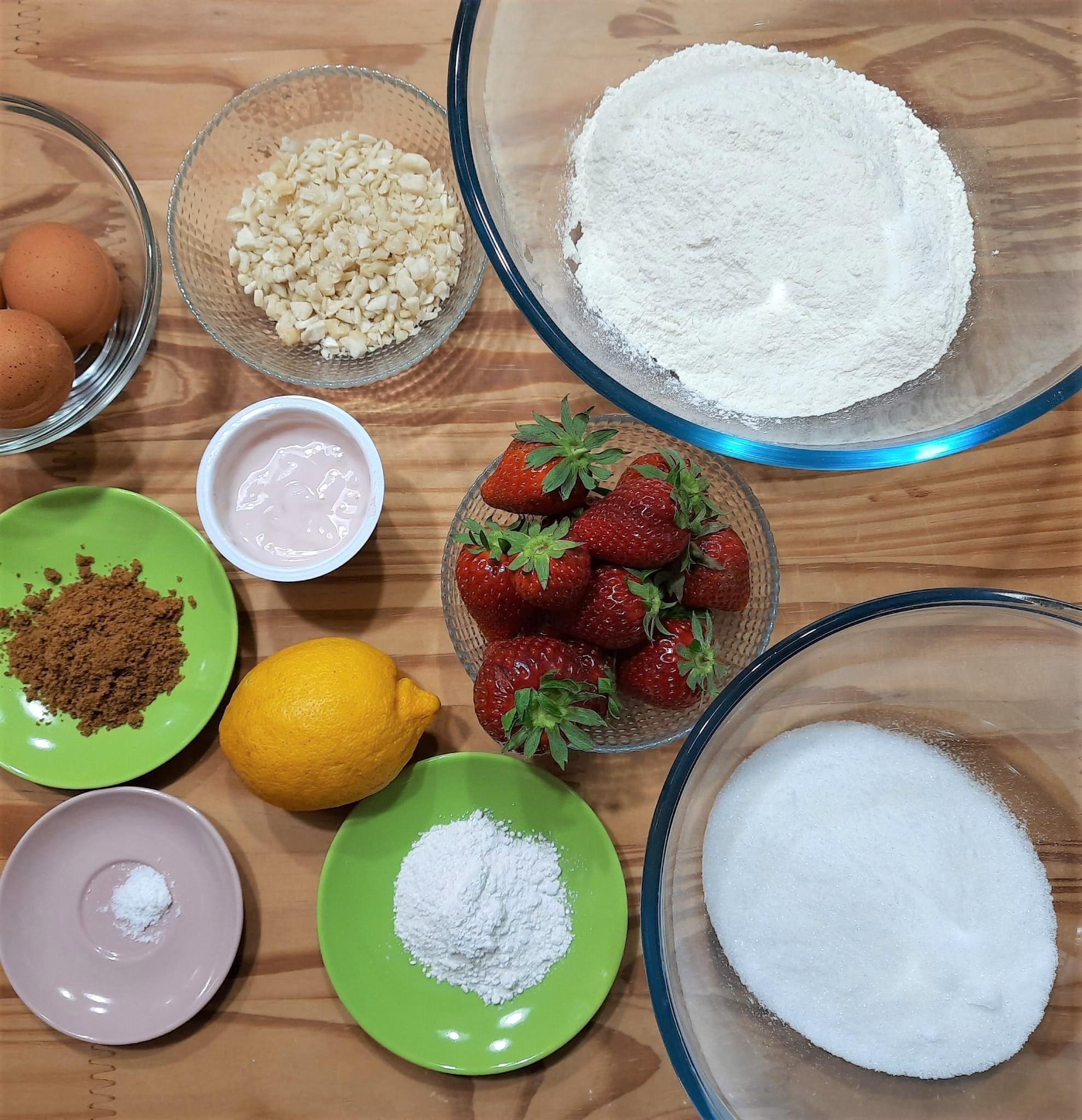 Torta allo yogurt fragole e mandorle
