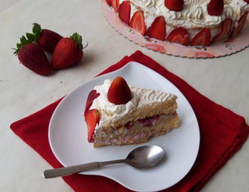 Torta di compleanno alle fragole e panna