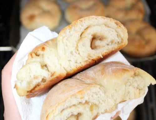 Pane homemade condito con crema  di scalogno, timo e parmiggiano