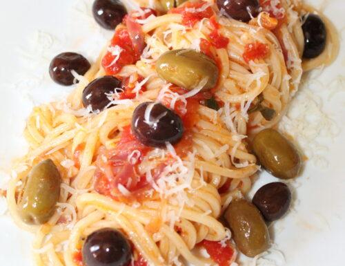 Spaghetti alla chitarra con cipolla, pomodori e olive